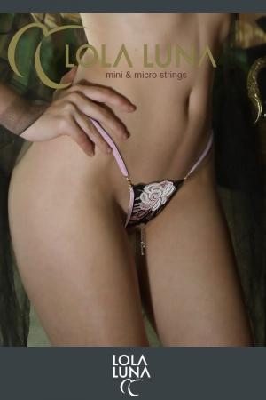 String ouvert Valia : String ouvert haute couture aux tendres tons pastels rehaussés de dentelle noire, et un bijou coquin doré.